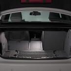 Sein Volumen gibt BMW mit 370 Litern an, das sich durch Umlegen der Sitze erweitern lässt.