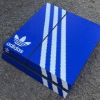 Eine PS4 im Adidas-Look passt auch zum Ganzkörper-Outfit.