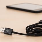 Ein Micro-USB-Kabel liebt bei – zum Aufladen und zum Befüllen des zwei Gigabyte großen Speichers mit Büchern vom Rechner aus.