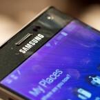 Der Bildschirm des Galaxy Note Edge ist zur rechten Seite hin abgeknickt. (Bild: netzwelt)