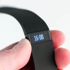 Das Display des Fibit Charge zeigt auch die Zeit an.