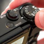 Canon setzt bei der Tastenbelegung auf ein typisches Auswahlrad.