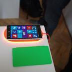 Leuchtende Ladung: Der Akku des Nokia Lumia 830 lässt sich auch ohne Kabel aufladen.