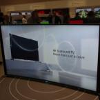 Sony biegt den Bravia S90 nur dezent, stattet den TV aber mit Surroundboxen aus.