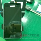 Dieses Bild soll die Frontseite des Galaxy S7 zeigen - lustigerweise wurde das Bild mit einem HTC One geschossen.