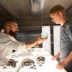 Nathan und Caleb kümmern sich um den Roboter Ava.