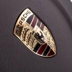 Das Porsche-Emblem ziert das Lenkrad.