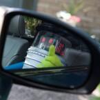 Ein Blick in den Seitenspiegel: dem HitchBot geht es gut.