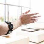 Mit dem Arm Präsentationen durchführen, das Smart Home oder Drohnen steuern – Myo macht es möglich.