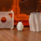 Objekte aus dem Da Vinci Jr. 1.0: Eine Smartphone-Hülle, ein Android-Männchen und eine Vase.