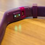 Der Herzfrequenzmesser von Fitbit funktioniert über die LED-Lichter.