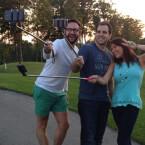Mit einem Wireless Selfie-Stick für etwa 30 Euro passen mehr Personen ins Bild. (Bild: selfieonastick.com)