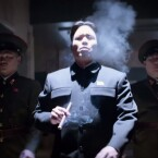 Kim Jong-un genehmigt sich eine Zigarre. (Bild: Screenshot YouTube Stargatehome / Sony)