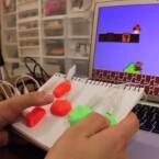 Makey Makey macht's möglich. Dank diesem Kit verwandeln sich allerlei Alltagsgegenstände in Videospiel-Controller, egal ob Knete, Papier, Treppenstufen oder Bananen. Der Spaß kostet 51 Euro.