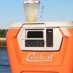 """Der <a href=""""http://www.netzwelt.de/news/148131-crowdfunding-coolest-cooler-bricht-pebbles-kickstarter-rekord.html"""" class=""""cil notouch"""" target=""""_self"""">Coolest Cooler</a> ist ein Multifunktionsgerät für Männer-Partys. In ihm sind eine Kühlbox verbaut, ein Mixer für Cocktails, drahtlose Lautsprecher und ein Akku-Auflader für Smartphones sowie Tablets verbaut. Er kostet umgerechnet 254 Euro. Wer sich für den Gadget-Kasten interessiert, muss sich jedoch vom Anbieter auf eine Warteliste setzen lassen."""