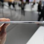 Das Tablet lässt sich unter Wasser tauchen. Die Anschlüsse liegen daher geschützt hinter Klappen. (Bild: netzwelt)