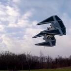 Nichts Besonderes: Eine Star Wars-Drohne fliegt über die Wiese.