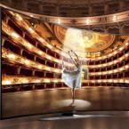 Gekrümmte Displays bei Fernsehern sollen für mehr Tiefenwirkung sorgen. Der HU8590 von Samsung besitzt eine Bildschirmdiagonale von 65 Zoll und kostet 4.500 Euro (UVP).