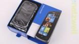 Das Smartphone lässt sich aus der Hülle...