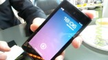 Auf der Vorderseite hat das YotaPhone ein...