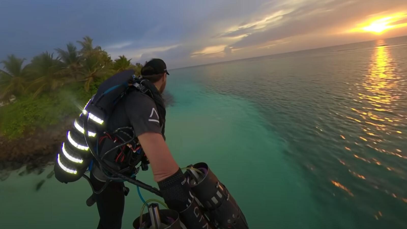 Malediven, Sonnenuntergang, Jetpack: Raketenmann versetzt Hotelbesucher in Ekstase - NETZWELT
