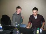 """Bild: Hacker """"Nils"""" (l.) zusammen mit Aaron, der den Wettbewerb für den Veranstalter Tipping Point beaufsichtigte. Bild: Tipping Point"""
