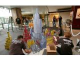 """Bild: Skyline von New York City bei der Vorstellung von """"Browser for the Better"""" in der Millionenmetropole. Die Dosen mit Lebensmitteln gingen im Anschluss an die örtliche Food Bank von """"Feeding America""""."""