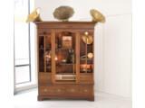 Bild: Cybraphon: Ein antiker Schrank gefüllt mit zahlreichen Musikinstrumenten.