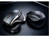 Bild: Die beiden Logitech-Mäuse Anywhere Mouse MX (rechts) und Performance Mouse MX (links) funktionieren laut Hersteller auch auf Glas.