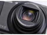 Bild: Ricoh CX2: Der leistungsstarke Linsenapparat der digitalen Kompaktkamera bietet zehnfachen Zoom und steckt in einem knapp drei Zentimeter tiefen Gehäuse.