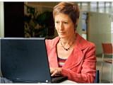 Bild: Bis die Dame des Hauses in werbewirksamer Zufriedenheit vor dem Rechner sitzt, steht dem Family-Home-Admin mühsame Kleinarbeit ins Haus.