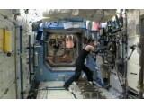 Bild: Astronautin Tracy Caldwell Dyson verlässt die Sojus-Kapsel nach dem gescheiterten Startversuch und kehrt an Bord der ISS zurück.