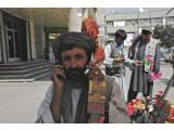 Bild: Dank GSM telefonieren Menschen auf der ganzen Welt miteinander .