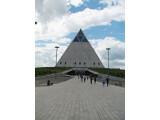 Bild: Hightech-Architektur: Die Pyramide für Frieden und Eintracht. (Wikimedia Commons)