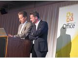 Bild: Microsoft-Manager sind selbst die größten Fans von Office 2010: Christan Mehrtens (Director Business Group Information Worker), links, zeigt seinem Chef Ralph Haupter (Vorsitzender der Geschäftsführung) neue Features in Office.