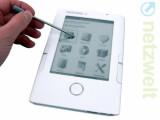 Bild: Das neue Pocketbook 302 kann der Anwender mit dem mitgelieferten Stift oder Finger bedienen.