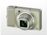 Bild: Nikon Coolpix S8000: Gutes Objektiv, schicke Farben und extrem flaches Gehäuse - damit will die Nikon Coolpix bei Freizeit-Fotografen punkten.
