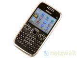 Bild: Das Nokia E72 wirkt wie ein zu heiß gewaschenes Smartphone. Dabei bietet es fast alle Funktionen, die Geschäfts- und Privatleute unterwegs schätzen.