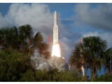 Bild: Start in ein neues Kommunikationszeitalter: Ariane 5 bringt zwei afrikanische Satelliten ins All.