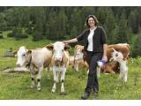 Bild: Verbraucherschutzministerin Ilse Aigner streichelt Kühe. Die sind einfacher zu steuern als die Autos von Googles Street View.