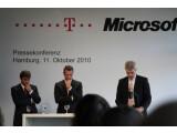 Bild: Achim Berg (links), Microsofts Marketing-Manager für Windows Phone auf der Pressekonferenz zum Marktstart des neuen Handy-OS im Oktober 2010 - trotz guter Kritiken kommt das System nicht in Fahrt.