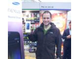 Bild: Alex Ioanno ist der erste Käufer des Galaxy Nexus in Großbritannien.