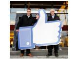 Bild: Dem Bürgermeister (rechts im Bild) gefällt es, dass Facebooks Server-Farm in Luleå aufgebaut wird.