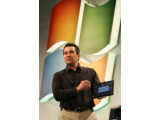 Bild: Auf der Computex zeigte Microsofts Mike Angiulo erste Prototypen kommender Windows 8-Tablets.