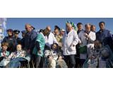 Bild: Die drei Astronauten sind sicher in der kasachischen Steppe gelandet.