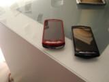 Bild: Die Erben des Multimedia-Handys Vivaz das Sony Ericsson Xperia Pro (links) und das Xperia Neo (rechts)