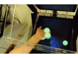 Bild: Holodesk ermöglich die Interaktion mit Hologrammen wie Bällen und Bauklötzen.