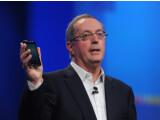 Bild: Intel inside: Intel-Chef Paul Otellini zeigt ein Android-Smartphone auf Intel-Basis.