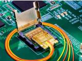 Bild: Light Peak-Modul: Jede der vier Fasern kann bis zu 10 Gigabit pro Sekunde transportieren.