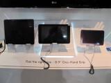 Bild: Links im Bild das iPad, rechts das sieben Zoll große Samsung Galaxy Tab. Dazwischen bezieht das LG Optimus Pad seine Nische. Der ungewöhnliche Formfaktor erlaubt eine gute Mischung aus Anzeigekomfort und Mobility.
